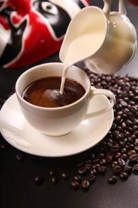 Mniej zawzięci fani kawy dodają do niej mleka. Źródło: Pixabay.com.