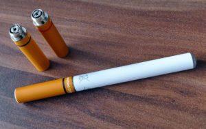 E-papieros wygląda jak ten do palenia, ale działa inaczej. Źródło: Pixabay.com.
