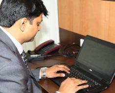 Jak zachować zdrowie pracując przy biurku?