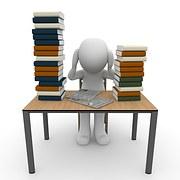 Są zwyczaje i metody nauczania, które pozwolą  uczyć się krócej i efektywniej.  Rysunkowy ludek trzyma się za głowę załamany ilością nauki