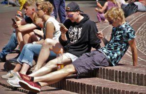 Młodzież spędza sporo czasu ze smartfonami takimi jak Sony Xperia. Źródło: Pixabay.com.