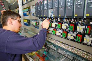 Nadzór nad maszynami coraz częściej staje się najważniejszą pracą w firmie. Źródło: Pixabay.com.