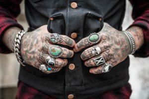 Dziś niemal każdy ma tatuaże, ale niektórzy - bardziej... Źródło: Pixabay.com.