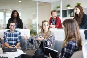 W małej firmie często wszyscy mogą porozmawiać w jednym pokoju. Źródło: Pixabay.com.