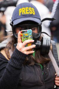 Reporterzy wojenni często szukają dziś środków na wyjazd bezpośrdnio u odbiorców. Źródło: Pixabay.com.