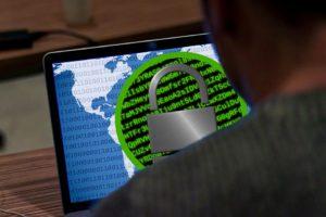 Najczęściej hackerzy atakują już nie samo oprogramowanie komputera, ale wszystko wokół niego. Źródło: Pixabay.com.
