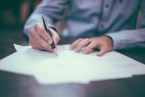 Umowę o pracę podpisuje znacznie więcej osób, niż kilka lat temu. Źródło: Pixabay.com.