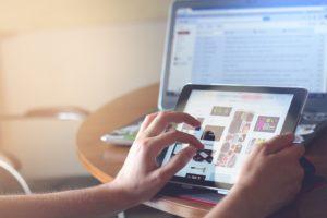 Technologia nie tylko ułatwia komunikację obrazkami i video, ale też zmienia sposób poznawania tekstów pisanych. Źródło: Pixabay.com.