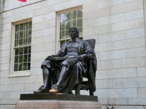 Statuę Johna Harvarda coraz więcej Polaków ma okazję zobaczyć na żywo. Źródło: Pixabay.com.