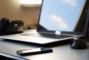 Nawet gdy zablokuje się Facebooka na komputerach w pracy, obok zazwyczaj leży prywatny telefon... Źródło: Pixabay.com.