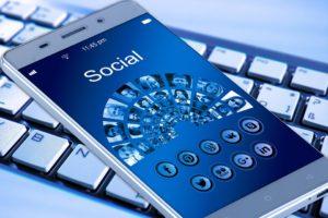Telefon jest dla jednych bramą do wszystkich mediów społecznościowych, a dla zawodowców - także do publikowania na nich. Źródło: Pixabay.com.