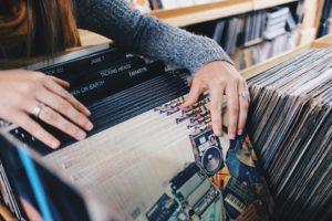 Kupujecie nadal płyty? Nie wstydźcie się, takich ludzi są... tysiące. Źródło: Pixabay.com.
